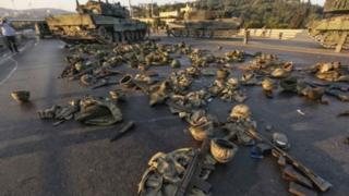 Çevriliş cəhdində iştirak edənlər tank, silah və avadanlığı ataraq təslim oldular.
