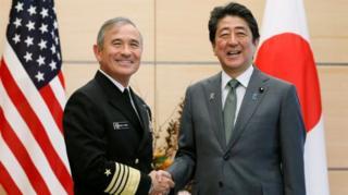 Đô đốc Harry Harris là người Mỹ có mẹ người Nhật, với Thủ tướng Nhật Bản Shinzo Abe