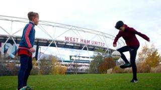 двое детей играют в футбол