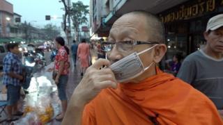 Ô nhiễm Bangkok: Sư đeo khẩu trang làm gương