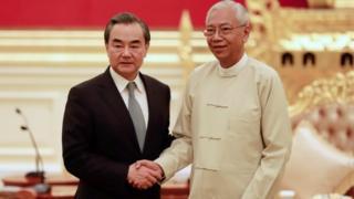 缅甸总统廷觉(右)在总统府会见外交部长王毅(左)。