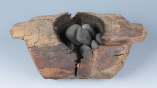 考古發現木質火壇,內部有被強烈灼燒得痕跡,且放置有數量不等的卵石。