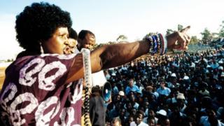 Wiinii Madikizeelaa Mandeellaa wayita haasawa ummataaf taasisan, bara 1986 magaalaa Kaagisoo keessatti