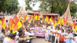 ఈటల రాజేందర్కి ఓటు వేస్తామని తీర్మానిస్తున్న గ్రామస్తులు