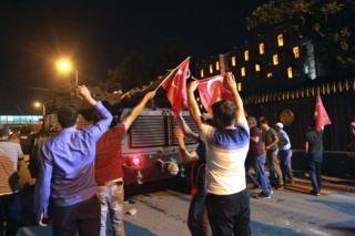 15 Temmuz gecesi tankın önünü Türk bayraklarıyla kesen halk