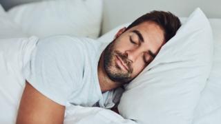 Hombre joven durmiendo.