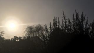 Trời mùa đông ở Kent, Anh Quốc: Mặt Trời cố thoát khỏi mây và sương mù