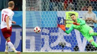 Jogador dinamarquês bate pênalti na Copa do Mundo da Rússia