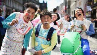 Fringe performers drumming up sales