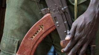 Des hommes armés de fusils se sont positionnés à Bafican bloquant la circulation.