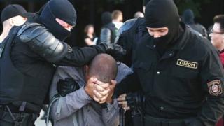 Policía especial de Bielorrusia arrestando a un manifestante.