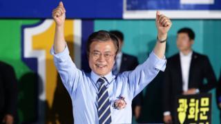 Ông Moon Jae-in khi tranh cử tổng thống tháng Năm 2017