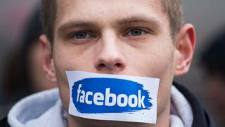Manifestante de extrema derecha en Polonia marchando contra Facebook