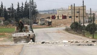 """Місто Ель-Баб розташоване за 30 км від кордону з Туреччиною і вважається останнім опорним пунктом """"ІД"""" на півночі Сирії."""