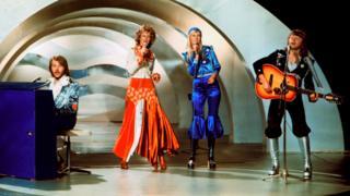Когда шведская группа Abba выиграла Евровидение в 1974 году с песней Waterloo, в моде были ковбойские куртки, брюки-клеш и блестящие сапоги
