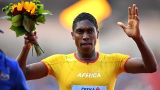 Caster Semenya célèbre sa victoire sur 800 mètres féminins lors de la deuxième journée de la Coupe Continentale de l'IAAF.