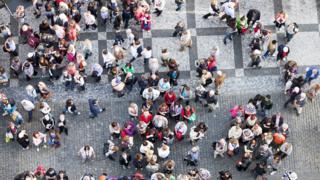Vista aérea de una plaza con gente