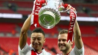 'Yan wasan Manchester United Jesse Lingard da Juan Mata dauke da Kofin FA na bara