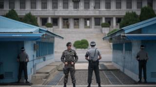 서로를 주시하며 경계근무를 서는 한국과 북한의 병사들. 한국전쟁은 휴전협정으로 끝났기 때문에 엄밀히 말하면 한반도는 아직 준전시상태다.