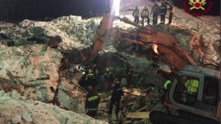 قوات إنقاذ إيطالية تستخرج جثثا من تحت أنقاض فندق.