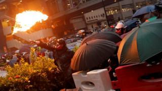 香港新界荃湾示威者向防暴警察投掷汽油弹(24/8/2019)