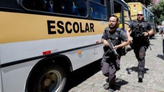 Policiais diante de escola em Suzano