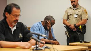 او جی سیمپسون در حال پاک کردن اشکهایش در جلسه دادگاه