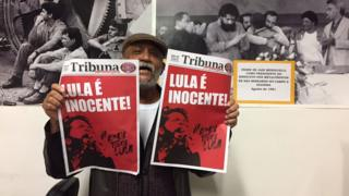Sindicalista Januário Fernandes da Silva carrega jornal com manchete favorável a Lula