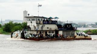 Ubwato mu rugendo hagati ya Kinshasa na Brazzaville mu 2013