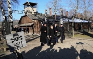 Auschwitz visit: Angela Merkel says Germany must remember Nazi crimes