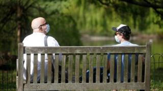 Deux hommes dans un masque de protection sont vus à St James