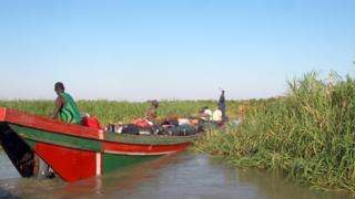 Une pirogue chargée de barils de gasoil voguant sur le lac Tchad (illustration).