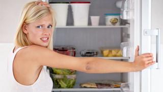 امرأة تفتح ثلاجة