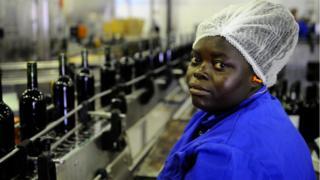 femme qui travaille dans un usine.