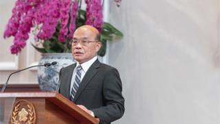 """台湾新任行政院长苏贞昌(右)上任,他表示要""""接地气做努力""""。"""