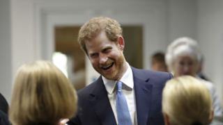 Príncipe Harry conversa con asistentes a una charla en un instituto de estudios internacionales en Londres