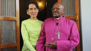 Desmond Tutu, 85 ans, lui aussi prix Nobel de la paix, reconnu pour avoir lutté contre le régime raciste de l'apartheid, est toujours considéré comme la conscience morale du pays.