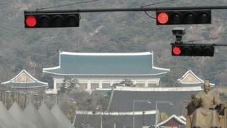 2일 서울 광화문 네거리에 청와대를 배경으로 빨간 신호등이 켜져있다