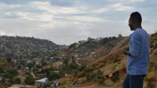 Haitiano contempla el Cañón del Alacrán, en las afueras de Tijuana. (BBC Mundo/Beatriz Vernon)
