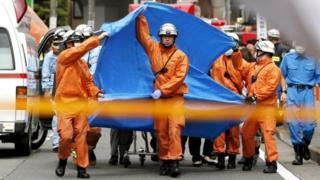 Đội cứu hộ khẩn cấp tại hiện trường vụ đâm dao tại thành phố Kawasaki, Nhật Bản