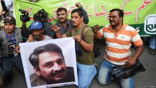 पाकिस्तानातील पत्रकार आंदोलन करताना
