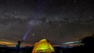 Niño colombiano observando las estrellas