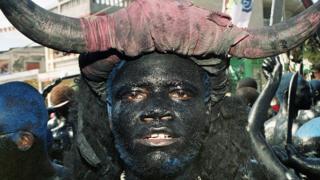 Personificación del demonio en un ritual vudú