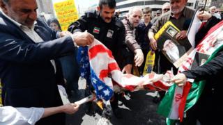 متظاهرون يحرقون علم الولايات المتحدة في طهران