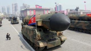 กองทัพเกาหลีเหนือนำขีปนาวุธหลายชนิดออกแสดงในพิธีสวนสนามเมื่อเดือนที่แล้ว