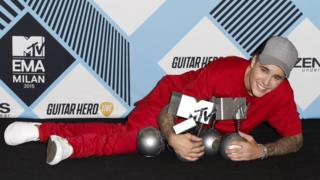 Justin Bieber poses with his awards at the MTV EMAs