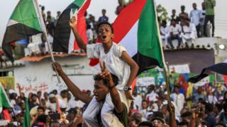 جماهير سودانية تحتقل باتفاقية مشاركة السلطة
