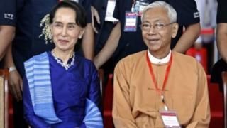 Kiongozi wa Myanmar mwenye mamlaka Aung Suu kyi na rais wa taifa hilo Htin Kyaw kulia
