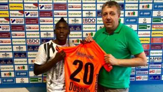 L'international Béninois Jodel Dossou lors de sa signature de son contrat