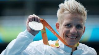 Marieke Vervoort, 2016 Rio Olimpiyatlarında kazandığı gümüş madalyayı gösteriyor.